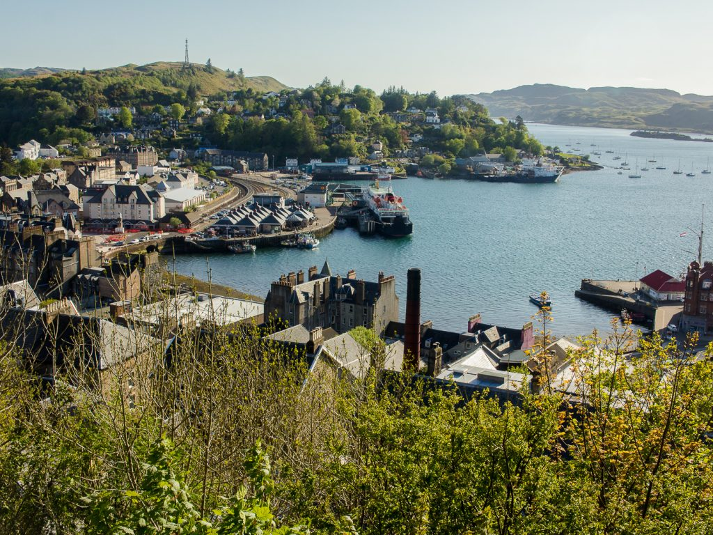 Oban is a gorgeous little seaside town on the Scottish west coast and perfect for an early summer weekend getaway. Click for my quick guide to Oban!