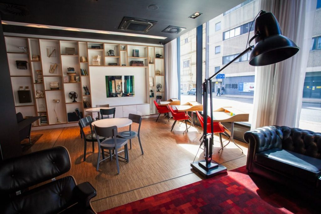 Stay at citizenM Glasgow, an award-winning boutique hotel in the city centre of Glasgow. Just a stone's throw away from the airport bus and in easy walking distance to Glasgow's train stations, it is the perfect starting point to explore the city and Scotland beyond. Find out more!