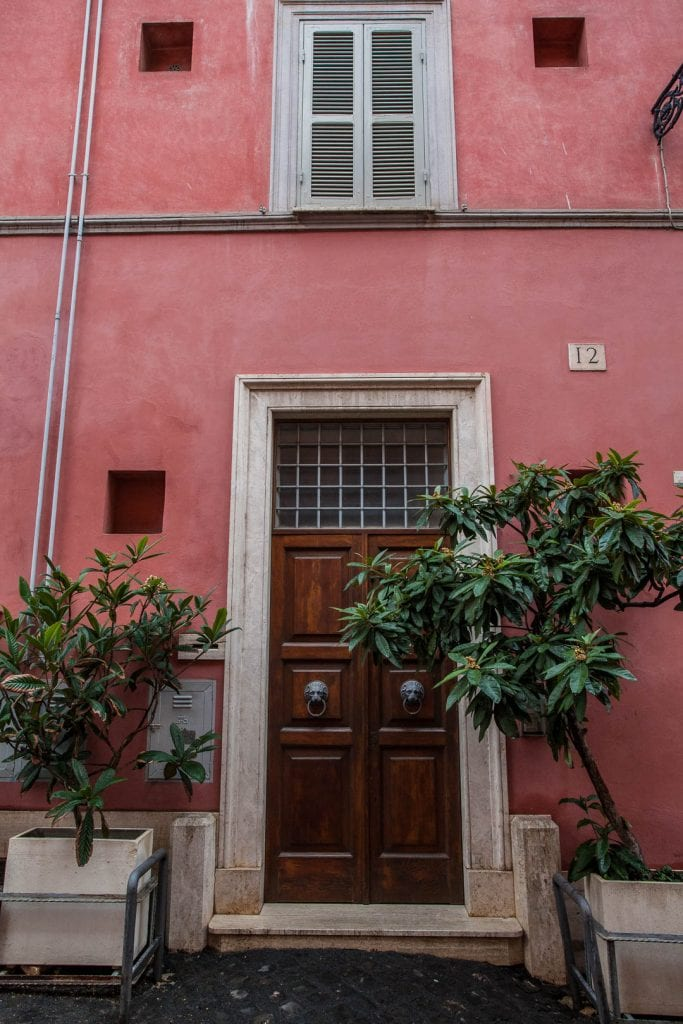 A city trip to Rome in November is a dream for photographers, because even in the gloomy light of November rain, the city's narrow lanes are pure eye candy!