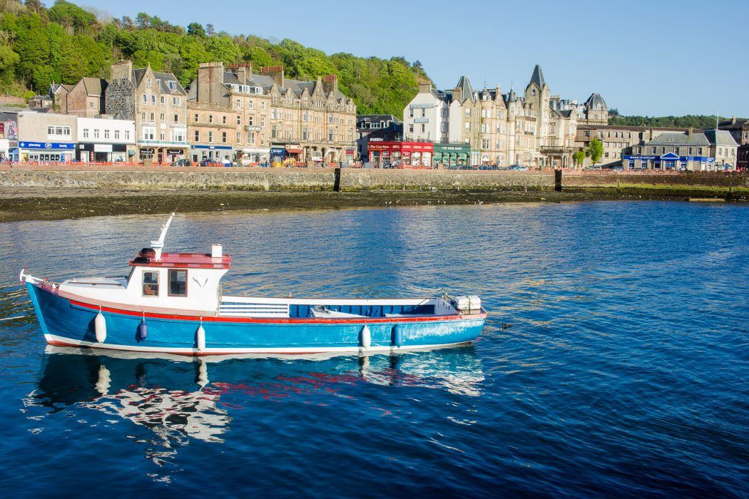 The harbour of Oban and a blue boat.